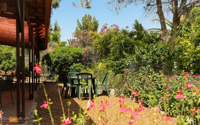 גן הנוי ופינת ישיבה במתחם האירוח