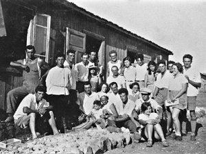 תמונה קבוצתית של חלוצים במחנה שהיה במושבה ראשון לציון