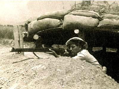 לוחם בעמדה משקיף לעבר הגבול - מלחמת השחרור