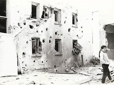 קירות מחסן האקונומיה מנוקב מטיל קטיושה - מלחמת ההתשה