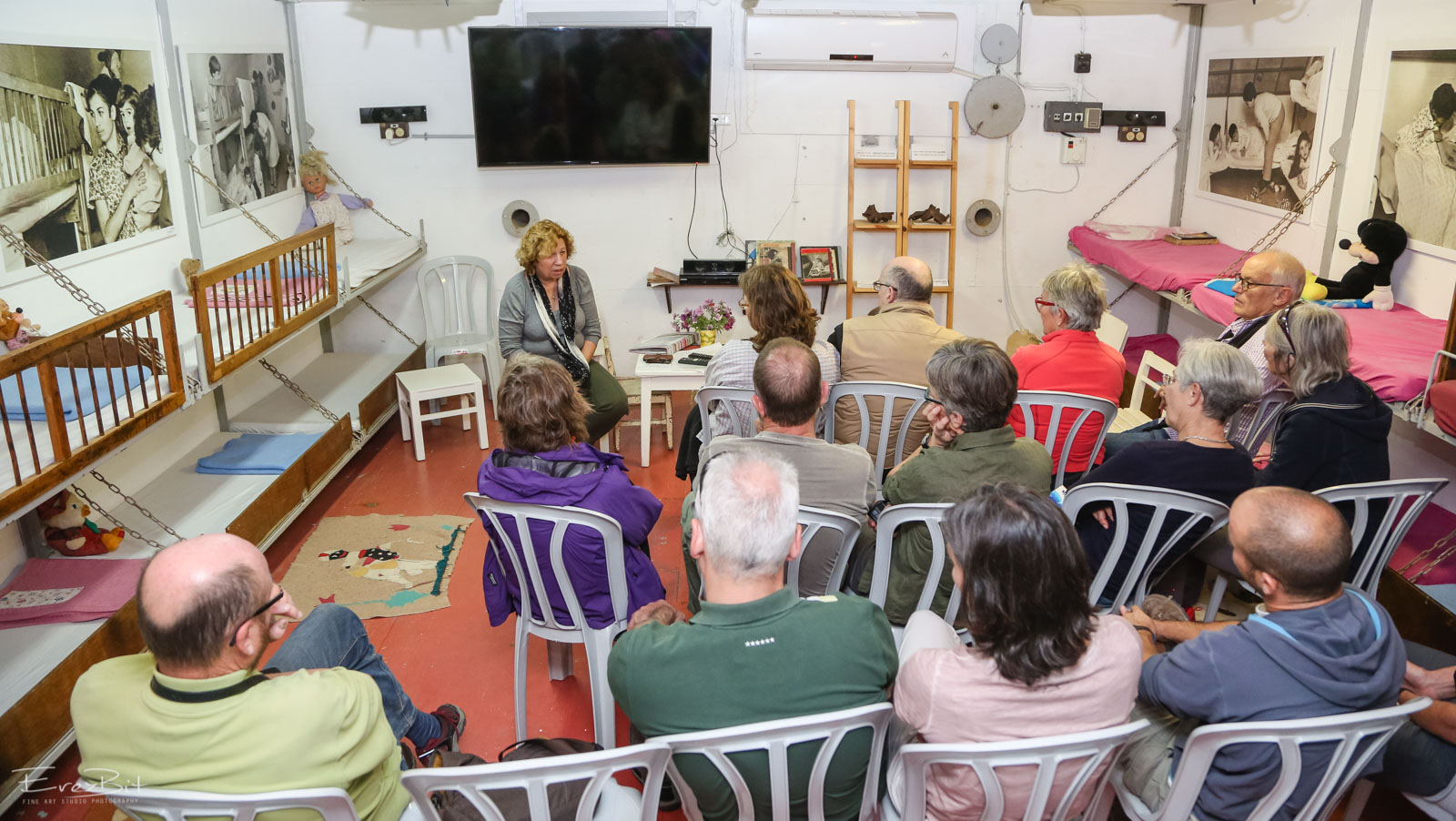 סיור תיירים במקלט הקיבוץ