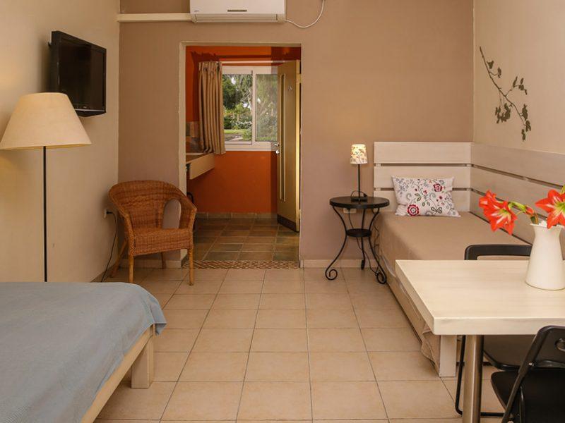 הסלון עם-3 המיטות בדירה המשפחתית הגדולה