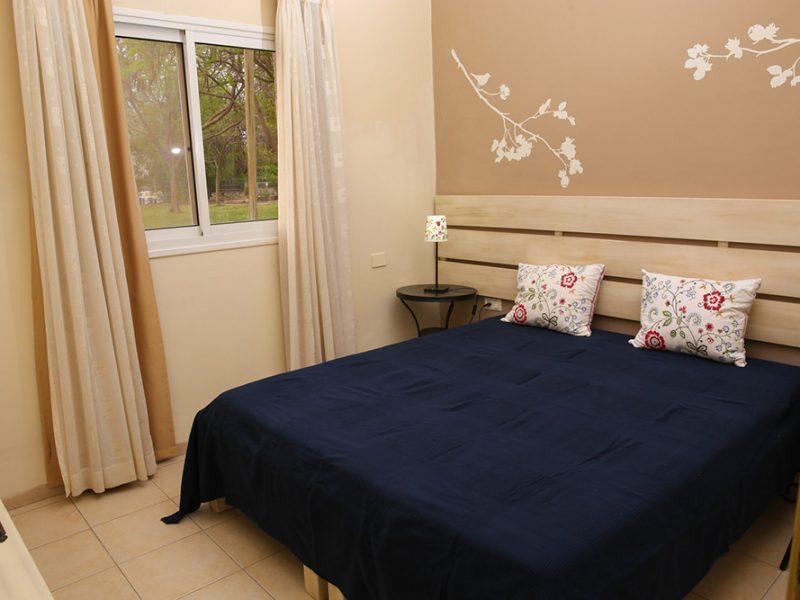 חדר השינה בדירה המשפחתית הגדולה