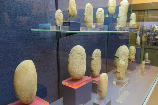 צלמיות חלוקי נחל במוזיאון