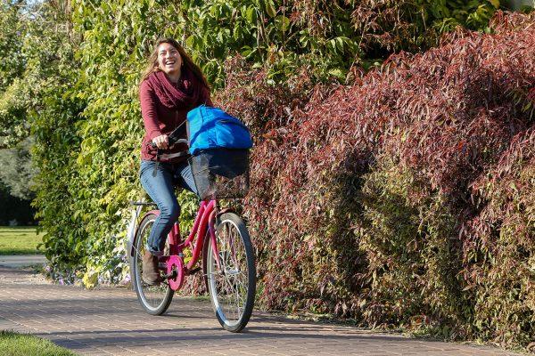 רוכבת אופניים בשבילי הקיבוץ