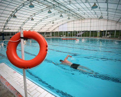 בריכת השחייה המקורה