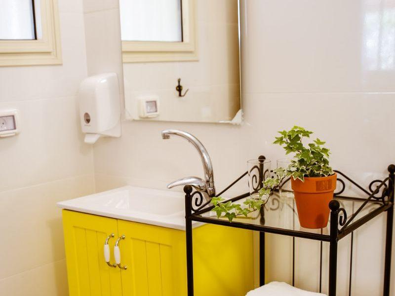 מקלחת ושירותים