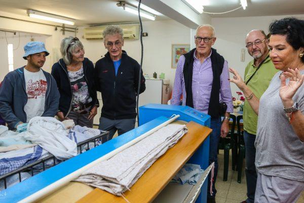 סיור תיירים במחסן הבגדים