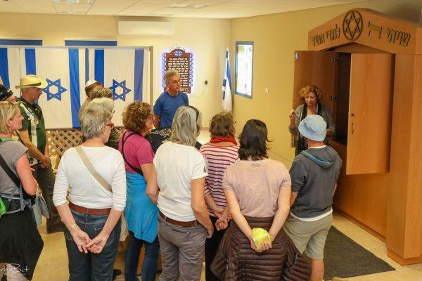 סיור תיירים בבית הכנסת בקיבוץ